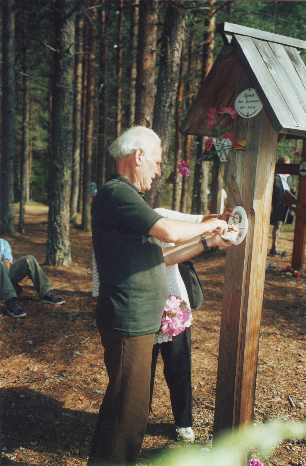 И.И.Фарбштейн устанавливает первую табличку Нине Захаровне Делибаш. Фото 05.08.2003